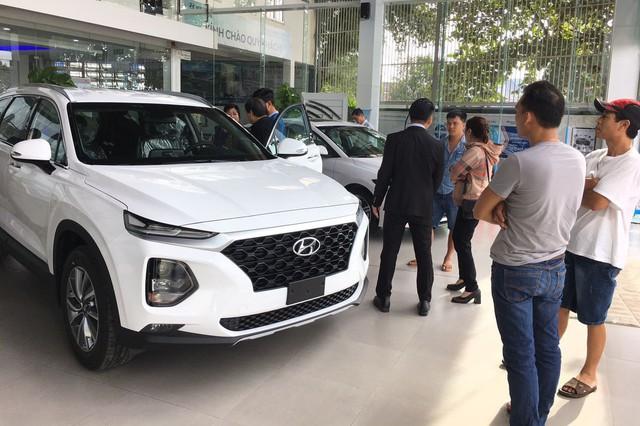 Giảm giá trăm triệu, Toyota Fortuner và Mazda CX-8 vẫn để Hyundai Santa Fe vượt mặt tại Việt Nam - Ảnh 4.