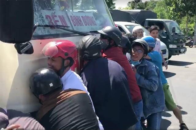Những vụ xe tải, xe khách tông hàng loạt người và phương tiện dừng chờ đèn đỏ gây ám ảnh nhiều năm qua - Ảnh 7.