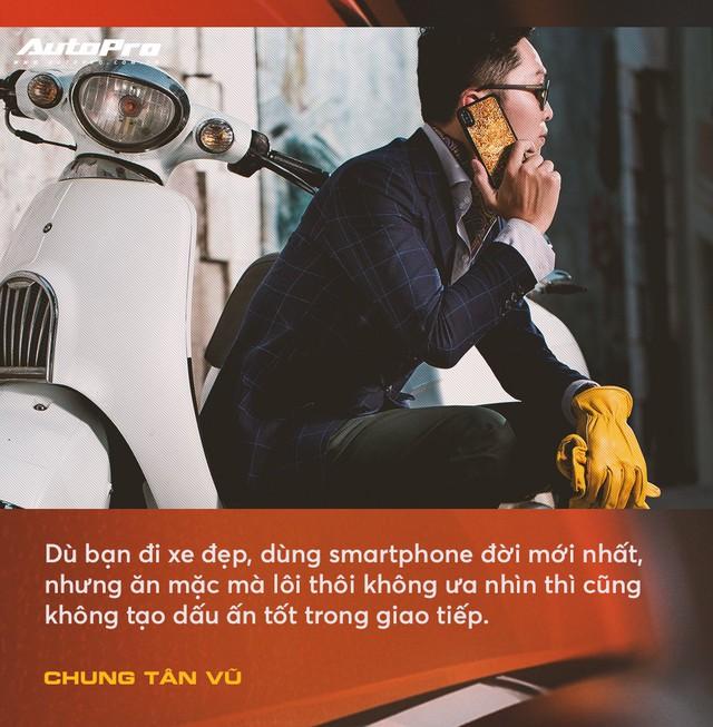 Anh chàng thích mua xe cũ, hay hỏng vặt, hiếm phụ tùng nhưng chuyên mặc vest tại Hà Nội: Đừng nghĩ đi ô tô mới được mặc đẹp Tết này - Ảnh 2.