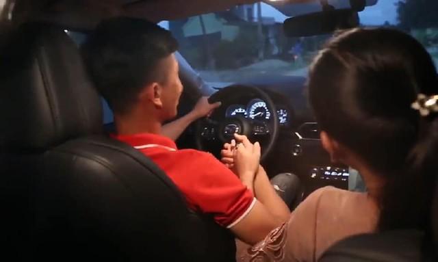 Sau Asian Cup 2019, Phan Văn Đức tặng mẹ chiếc Mazda CX-5, tiết lộ lý do chọn ô tô chứ không phải món quà khác - Ảnh 3.