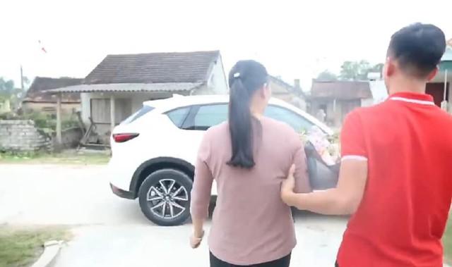 Sau Asian Cup 2019, Phan Văn Đức tặng mẹ chiếc Mazda CX-5, tiết lộ lý do chọn ô tô chứ không phải món quà khác - Ảnh 1.