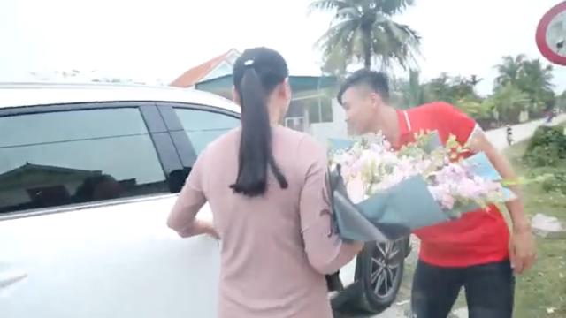Sau Asian Cup 2019, Phan Văn Đức tặng mẹ chiếc Mazda CX-5, tiết lộ lý do chọn ô tô chứ không phải món quà khác - Ảnh 2.