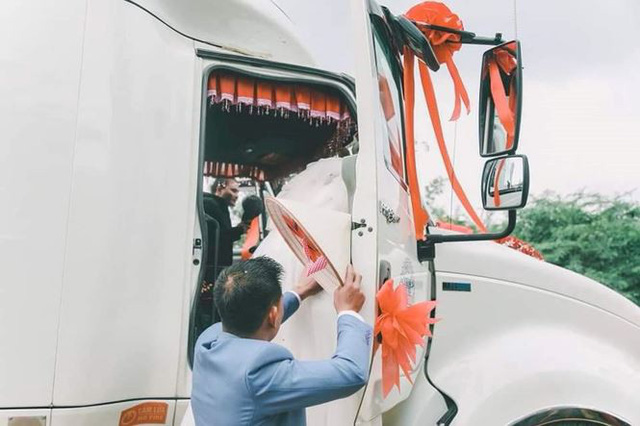 Độc đáo màn rước dâu bằng... xe container - Ảnh 1.