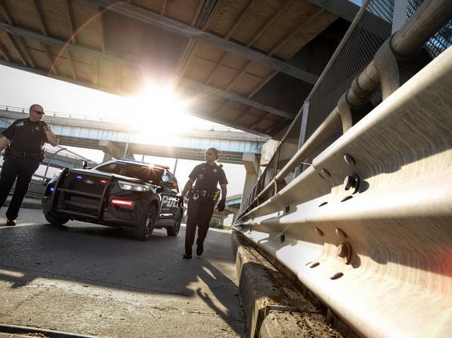 Ford Explorer thế hệ mới được hé lộ qua xe cảnh sát Mỹ - Ảnh 2.