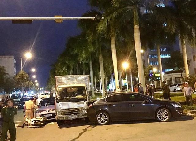 Xe tải lại húc văng nhiều xe đang dừng chờ đèn đỏ ở Đà Nẵng - Ảnh 1.