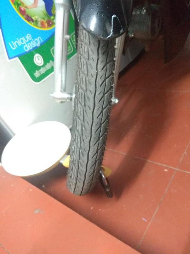 Dưới bánh xe máy, chiếc chảo với công dụng đặc biệt không ai ngờ khiến tất cả bật cười - Ảnh 2.