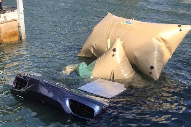 Ferrari 360 lao xuống biển, được giải cứu thành công nhưng khó tránh khỏi số phận hẩm hiu - Ảnh 1.