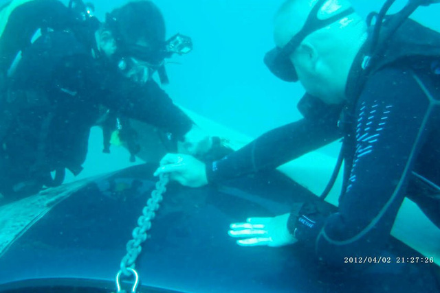 Ferrari 360 lao xuống biển, được giải cứu thành công nhưng khó tránh khỏi số phận hẩm hiu - Ảnh 4.