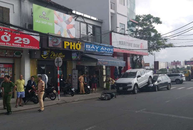 Đà Nẵng: Xe bán tải chạy lùi, kéo lê và hất văng 2 xe máy rồi nhảy lên đè bẹp đầu ô tô phía sau - Ảnh 1.