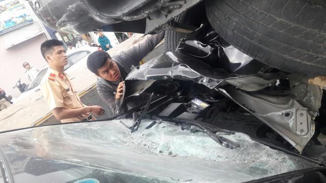 Đà Nẵng: Xe bán tải chạy lùi, kéo lê và hất văng 2 xe máy rồi nhảy lên đè bẹp đầu ô tô phía sau - Ảnh 4.