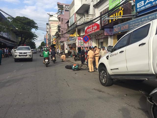Đà Nẵng: Xe bán tải chạy lùi, kéo lê và hất văng 2 xe máy rồi nhảy lên đè bẹp đầu ô tô phía sau - Ảnh 5.