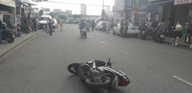 Đà Nẵng: Xe bán tải chạy lùi, kéo lê và hất văng 2 xe máy rồi nhảy lên đè bẹp đầu ô tô phía sau - Ảnh 6.