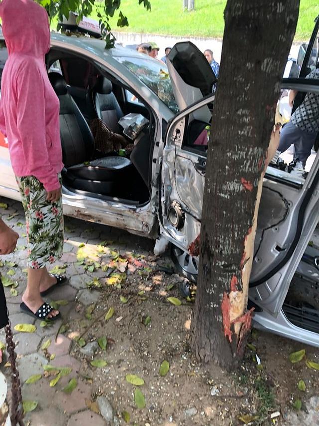 Tai nạn hy hữu: Xe tải lao từ trên đê xuống, đâm nát taxi đỗ bên đường - Ảnh 4.
