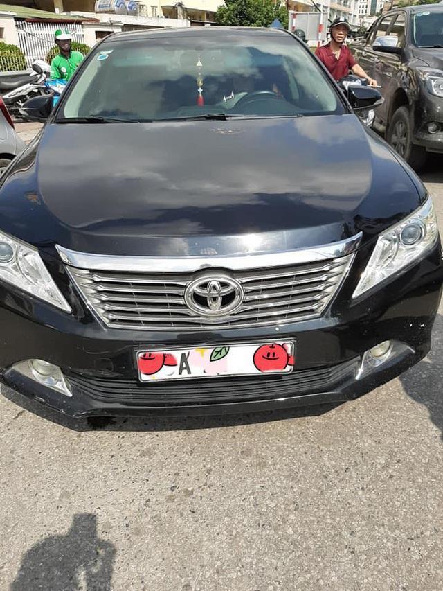 Xuống xe nói chuyện với tài xế Toyota Camry sau khi bị đâm, người đàn ông ngạc nhiên bởi cảnh tượng trong ghế lái - Ảnh 1.