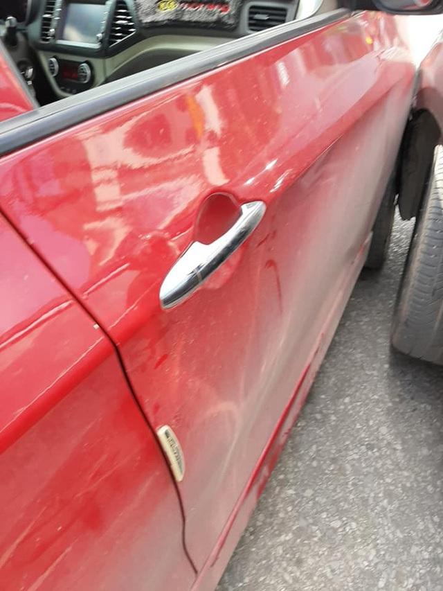 Xuống xe nói chuyện với tài xế Toyota Camry sau khi bị đâm, người đàn ông ngạc nhiên bởi cảnh tượng trong ghế lái - Ảnh 2.
