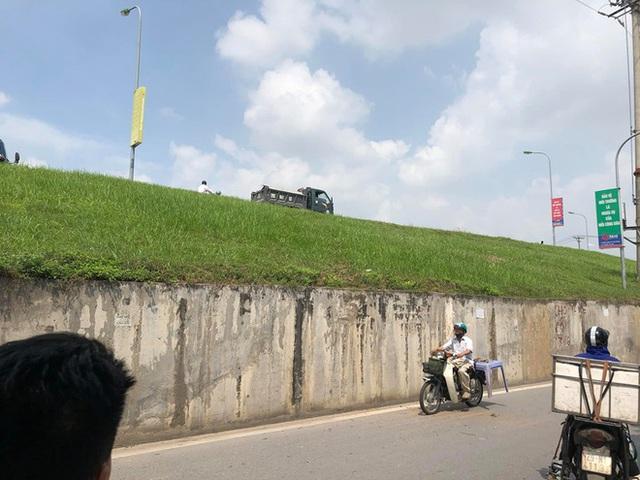 Tai nạn hy hữu: Xe tải lao từ trên đê xuống, đâm nát taxi đỗ bên đường - Ảnh 1.