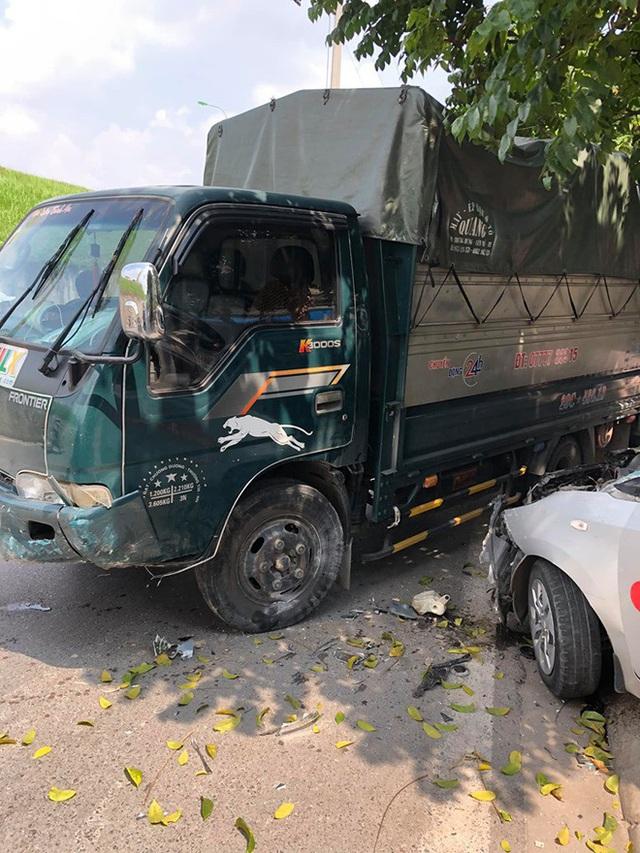 Tai nạn hy hữu: Xe tải lao từ trên đê xuống, đâm nát taxi đỗ bên đường - Ảnh 2.