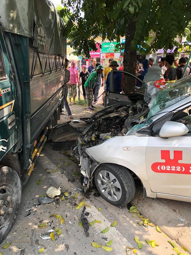 Tai nạn hy hữu: Xe tải lao từ trên đê xuống, đâm nát taxi đỗ bên đường - Ảnh 3.