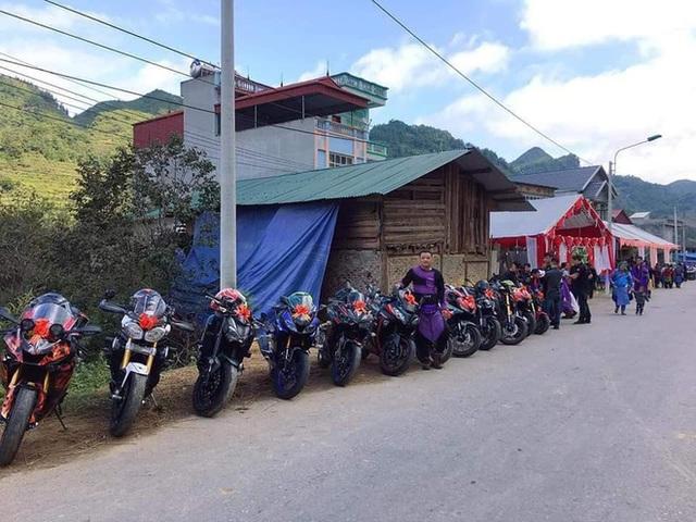 Dân chơi Lào Cai mặc trang phục dân tộc, cưỡi mô tô phân khối lớn đi đám cưới - Ảnh 1.