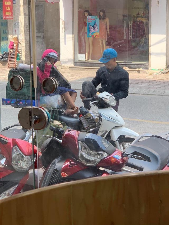 Khoảnh khắc người bố và con gái ngồi trên chiếc xe máy cồng kềnh trên phố khiến người ta vội lấy điện thoại ghi lại - Ảnh 1.
