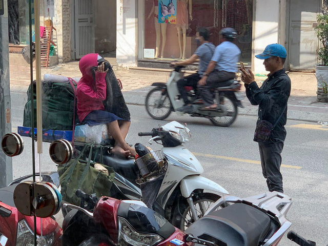 Khoảnh khắc người bố và con gái ngồi trên chiếc xe máy cồng kềnh trên phố khiến người ta vội lấy điện thoại ghi lại - Ảnh 2.