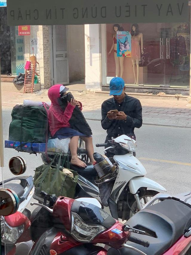 Khoảnh khắc người bố và con gái ngồi trên chiếc xe máy cồng kềnh trên phố khiến người ta vội lấy điện thoại ghi lại - Ảnh 3.