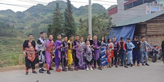Dân chơi Lào Cai mặc trang phục dân tộc, cưỡi mô tô phân khối lớn đi đám cưới - Ảnh 4.