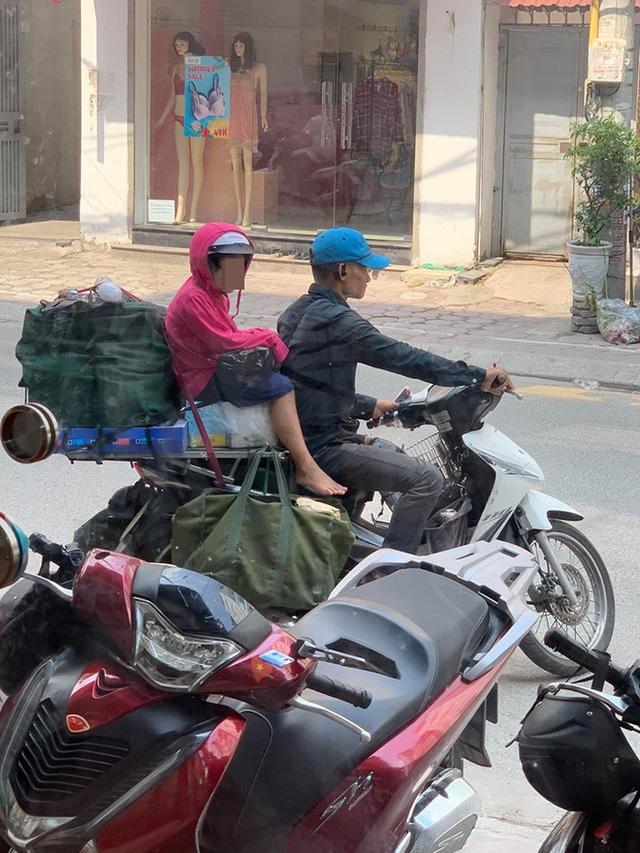 Khoảnh khắc người bố và con gái ngồi trên chiếc xe máy cồng kềnh trên phố khiến người ta vội lấy điện thoại ghi lại - Ảnh 4.