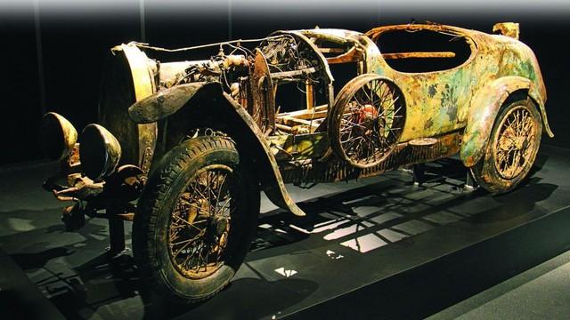Chiếc Bugatti ly kỳ nhất thế giới: Không qua được biên giới nên bị vứt xuống hồ 75 năm, trục vớt vì lý do bất ngờ và bán lại với giá còn bất ngờ hơn - Ảnh 2.