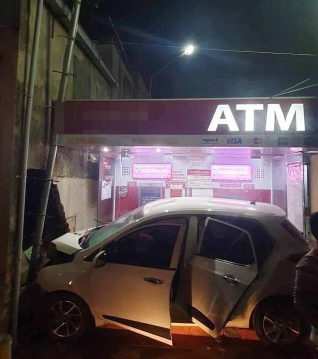 Ô tô nằm gọn trong khu vực ATM - hiện trường vụ tai nạn khiến người ta đau đầu tìm lời giải - Ảnh 2.