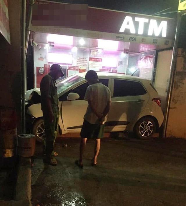 Ô tô nằm gọn trong khu vực ATM - hiện trường vụ tai nạn khiến người ta đau đầu tìm lời giải - Ảnh 3.