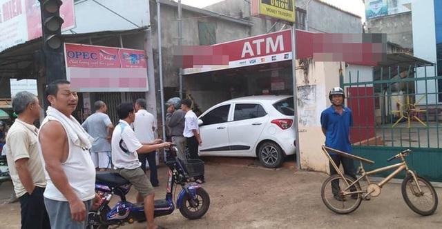 Ô tô nằm gọn trong khu vực ATM - hiện trường vụ tai nạn khiến người ta đau đầu tìm lời giải - Ảnh 4.