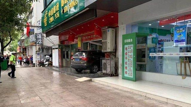 Nữ tài xế mất lái đâm thẳng ngân hàng khiến khách thiệt mạng - Ảnh 2.