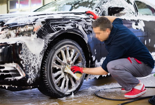 Những sai lầm tai hại khi tự rửa ô tô tại nhà - Ảnh 1.