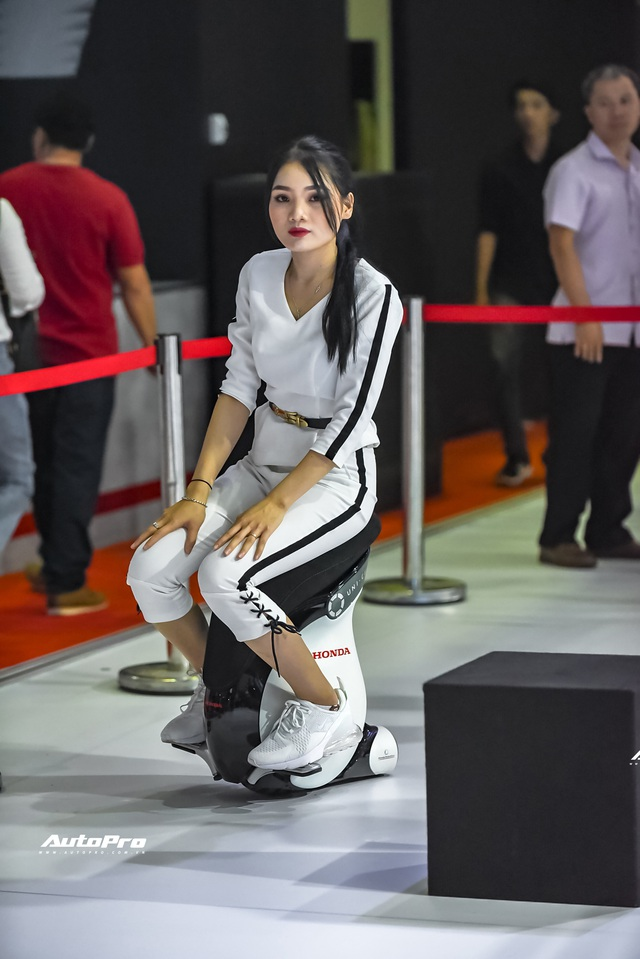 Những trò hút khách tại Triển lãm ô tô Việt Nam 2019 - Xúc tác mạnh kéo khách hàng tới từng gian hàng - Ảnh 2.