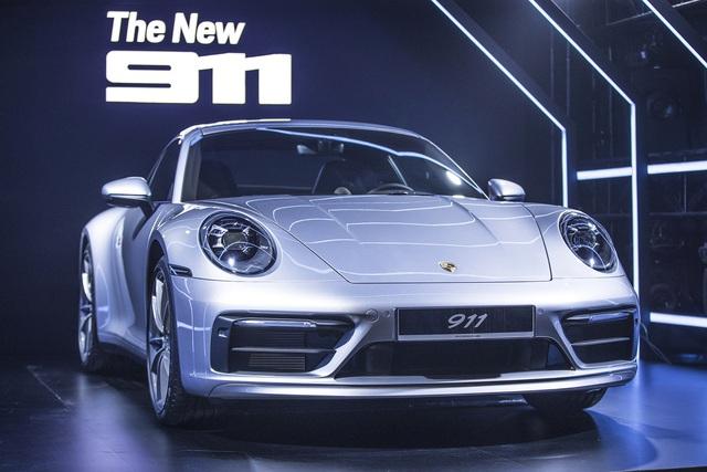 Cường 'Đô-la' và Đàm Thu Trang tậu 911 Carrera S giá gần 8 tỷ đồng vào bộ sưu tập Porsche toàn màu trắng - Ảnh 4.