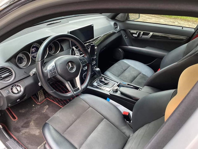 Sở hữu màu xi-măng đang hot, Mercedes-Benz C300 AMG Plus chạy lướt bán lại rẻ ngang Toyota Altis - Ảnh 3.