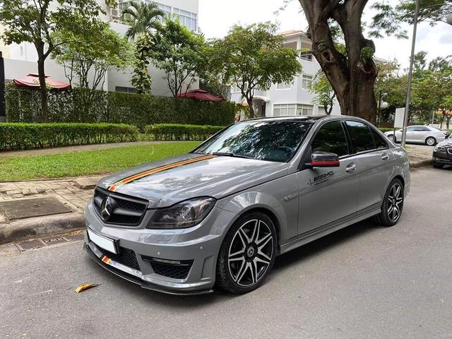 Sở hữu màu xi-măng đang hot, Mercedes-Benz C300 AMG Plus chạy lướt bán lại rẻ ngang Toyota Altis - Ảnh 1.