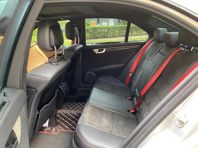 Sở hữu màu xi-măng đang hot, Mercedes-Benz C300 AMG Plus chạy lướt bán lại rẻ ngang Toyota Altis - Ảnh 4.