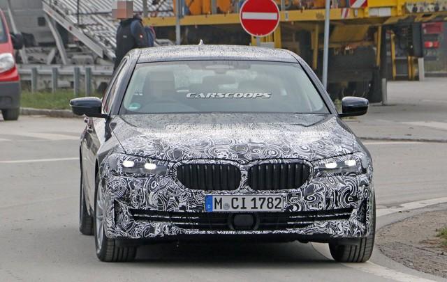 Góc thở phào: BMW 5-Series 2020 lộ mặt thử nghiệm, tản nhiệt vẫn thon thả như trước - Ảnh 2.