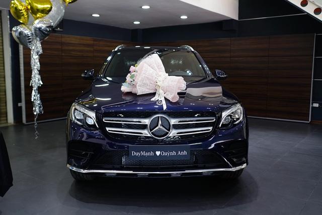 Cầu thủ Duy Mạnh và bạn gái tậu Mercedes-Benz GLC 300 - Ảnh 2.