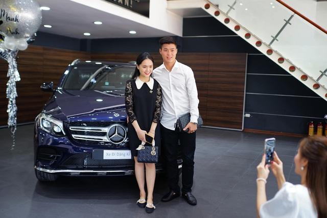 Cầu thủ Duy Mạnh và bạn gái tậu Mercedes-Benz GLC 300 - Ảnh 1.