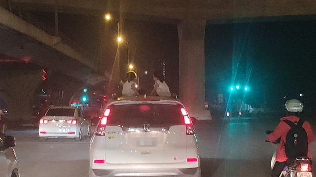 Hành động của 2 bé gái trên chiếc Honda CR-V khiến người đi đường sợ hãi - Ảnh 2.