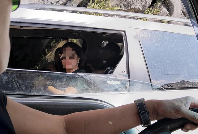 Người phụ nữ ngồi trong chiếc Toyota Sienna ném kẹo cho nhóm trẻ vùng cao khiến dân mạng bức xúc - Ảnh 2.
