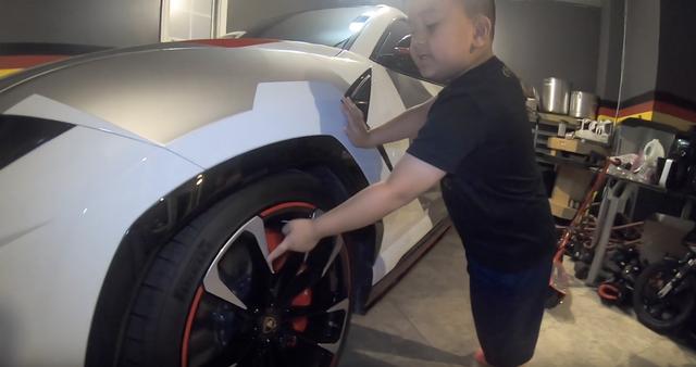 Cậu bé 6 tuổi người Việt tự tin đánh giá hàng loạt siêu xe, hoá ra người bố không hề xa lạ - Ảnh 3.
