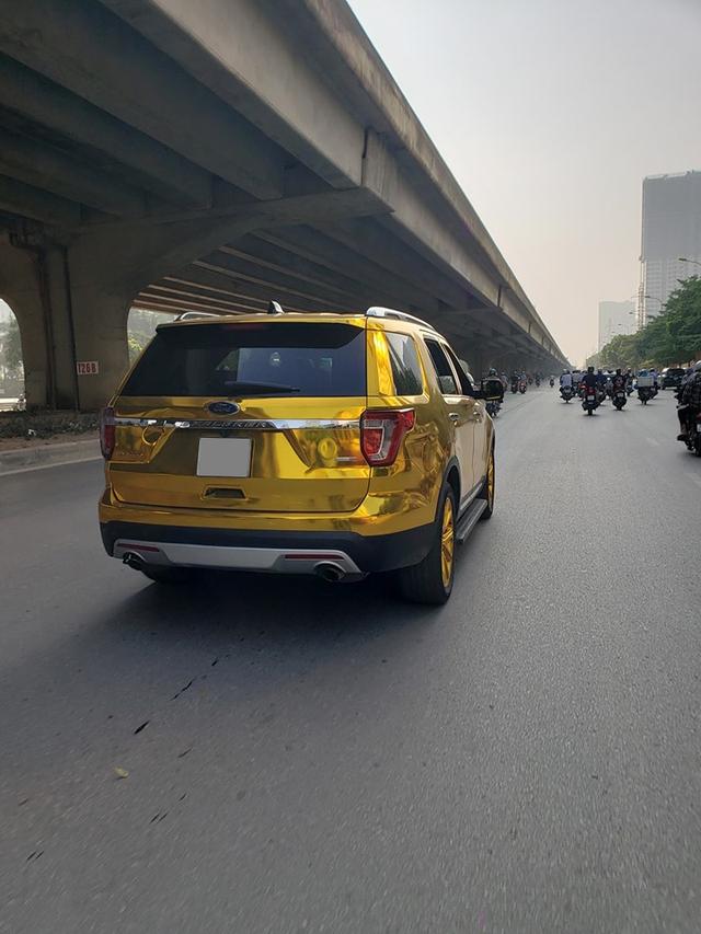 Ford Explorer dán decal mang đậm phong cách dân chơi Trung Đông - Ảnh 1.
