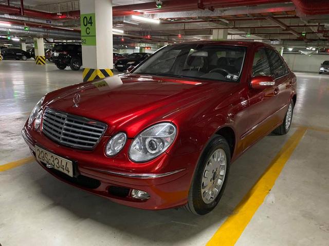 Xe sang Mercedes-Benz E240 mới đi 99.999 km rao bán giá 333 triệu đồng, màu sơn đỏ vẫn lung linh - Ảnh 1.