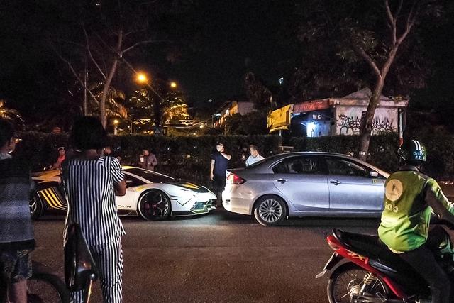Siêu xe Lamborghini Aventador va chạm với Suzuki Ciaz ngay trong đêm tại Sài Gòn - Ảnh 1.
