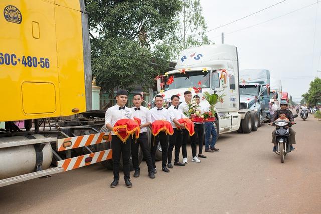 Chú rể Đồng Nai mang 6 container đi đón dâu khiến nhà gái bất ngờ - Ảnh 4.