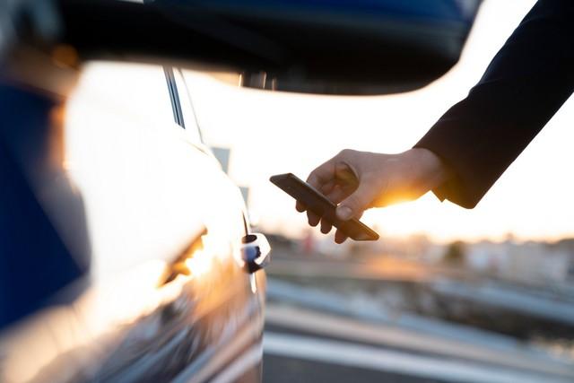 Hàng loạt hãng xe chuẩn bị nâng cấp tính năng mở khoá bằng điện thoại - Ảnh 1.